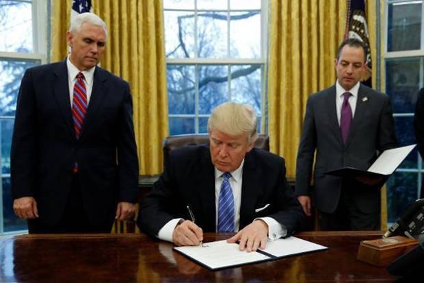 Trump berdalih, hal ini dilakukan demi pekerja Amerika