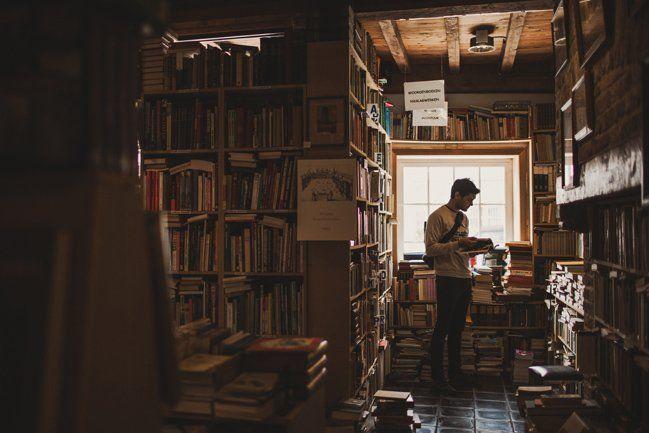 Dia yang asyik dengan buku-buku kesukaannya