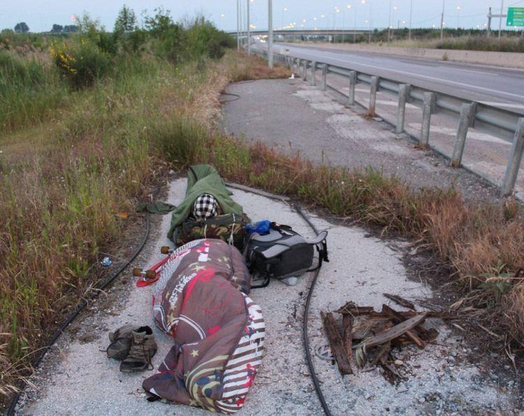 tidur di jalan