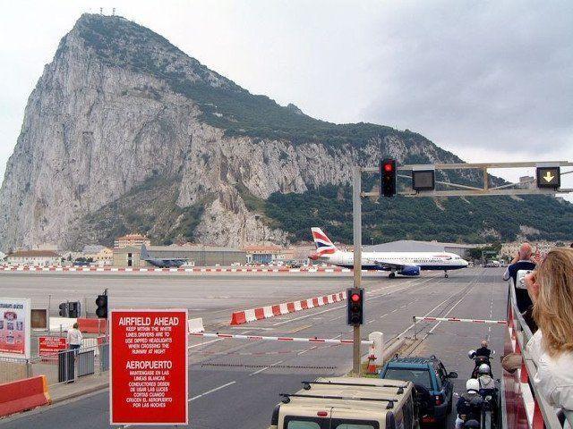 ada jalan di tengah bandara