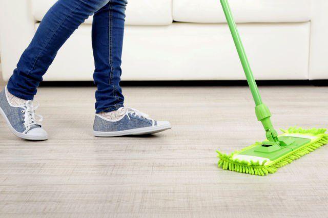 mengepel lantai