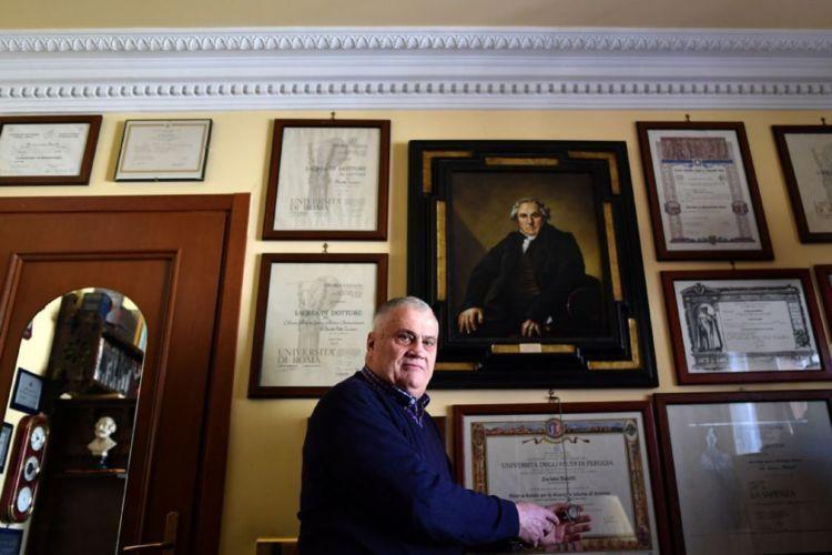 dinding rumah penuh piagam penghargaan dan sertifikat