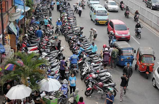 apa kamu sering sebel dengan parkir pinggir jalan macam ini?