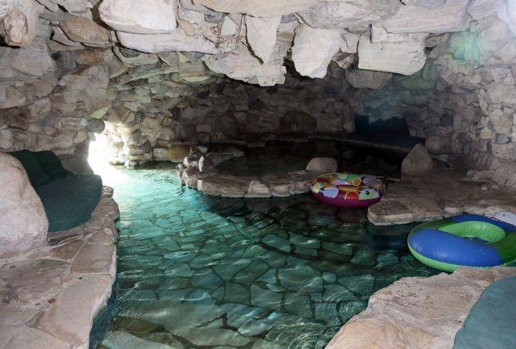 Heff pernah iseng menuangkan cairan yang mengakibatkan 120 pengunjung kolam ini sakit pada 2011 kemarin