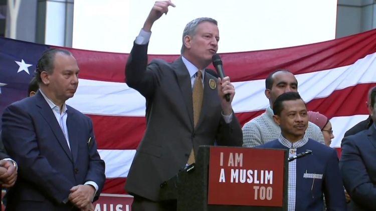 Pemimpin kota New York ini dulu juga tidak mau melaksanakan travel ban Trump