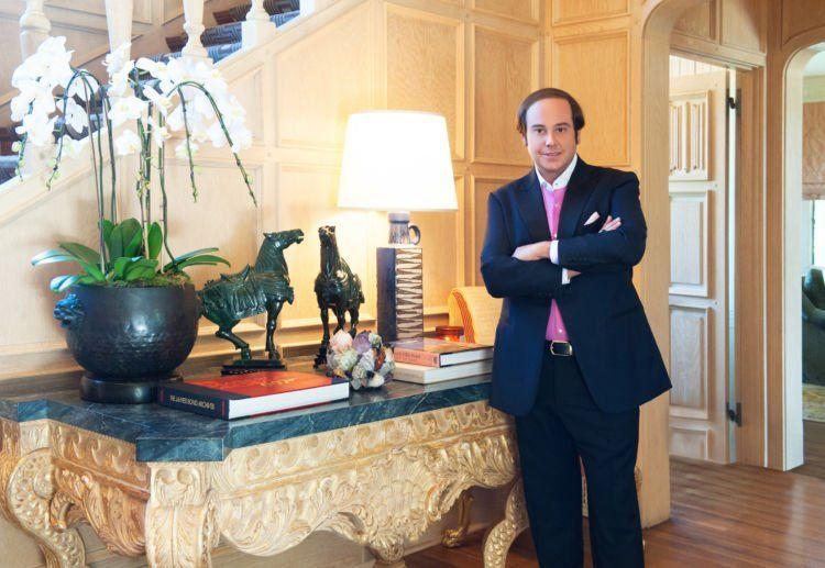 Doi yang beli. Namanya Daren Metropoulos, pengusaha kaya yang rumahnya tetanggaan sama Playboy Mansion