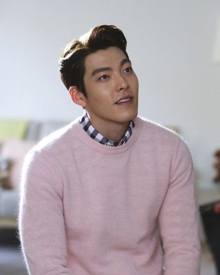 senyum sama sweaternya sama, sama-sama manis. :))