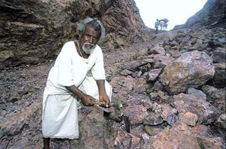 Manjhi membelah gunung