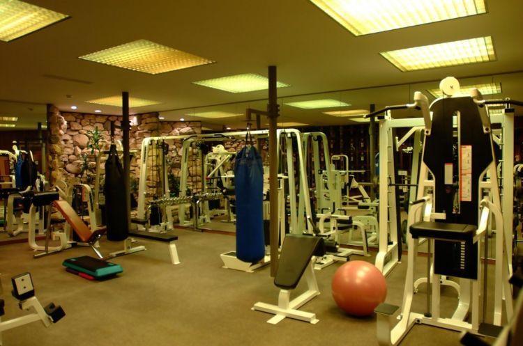 Yang outdoor ada lapangan tenis. Yang indoor ada peralatan gym lengkap. PS. Kalau nge-gym di sini bakal ditemani mbak-mbak cakep!