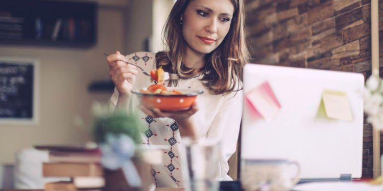 isi laci dan meja kerjamu dengan camilan sehat