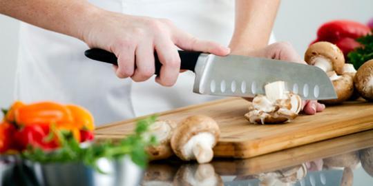 memasak di dapur