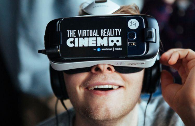 Nonton film pakai VR