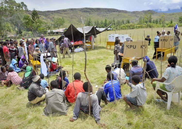 warga pedalaman menggunakan hak pilihnya