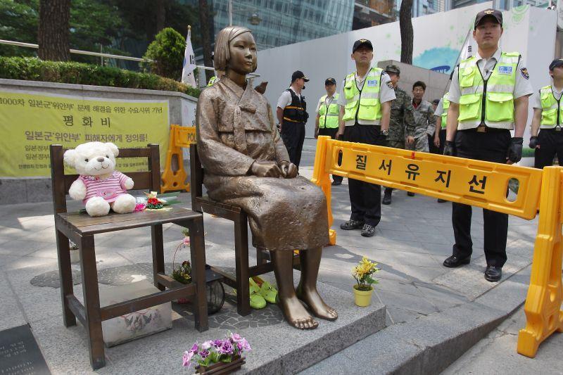 Patung yang diletakan pra aktivis di depan konsulat Jepang untuk Korea Selatan