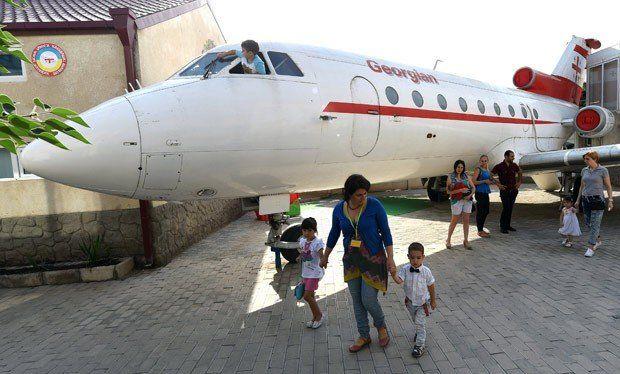 Sekolahnya di pesawat.