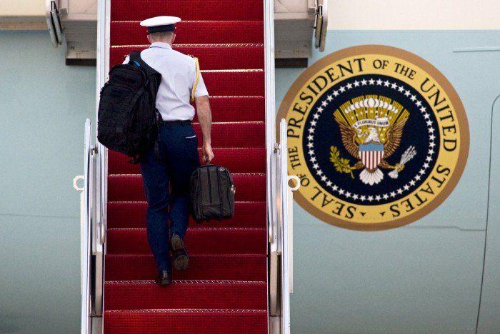 sebelum memutuskan untuk menggunakan isi tas ini, presiden harus berpikir berulang kali