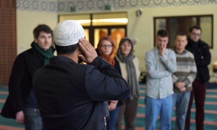 Melihat bagaimana muslim beribadah