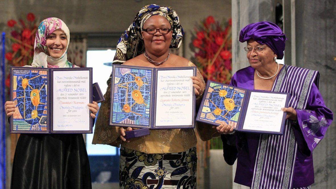 Ellen Johnson Sirleaf saat menerima Nobel perdamaian 2011 lalu bersama kompatriotnya.