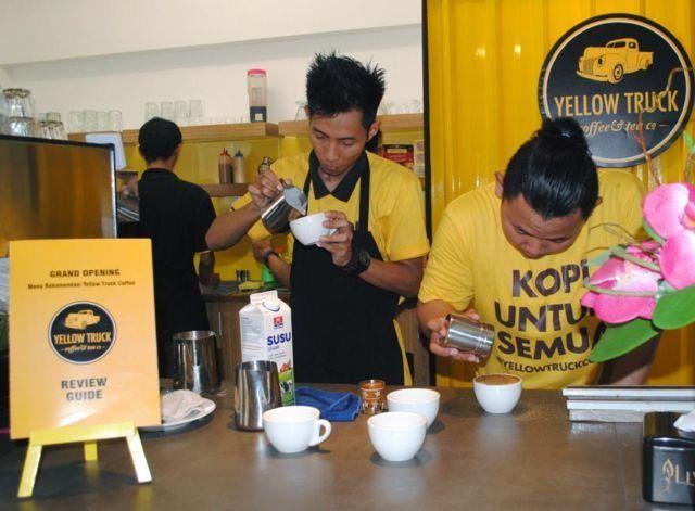 Petugas Yellow Truck Coffee Solo tengah meracik kopi yang dipesan pelanggan