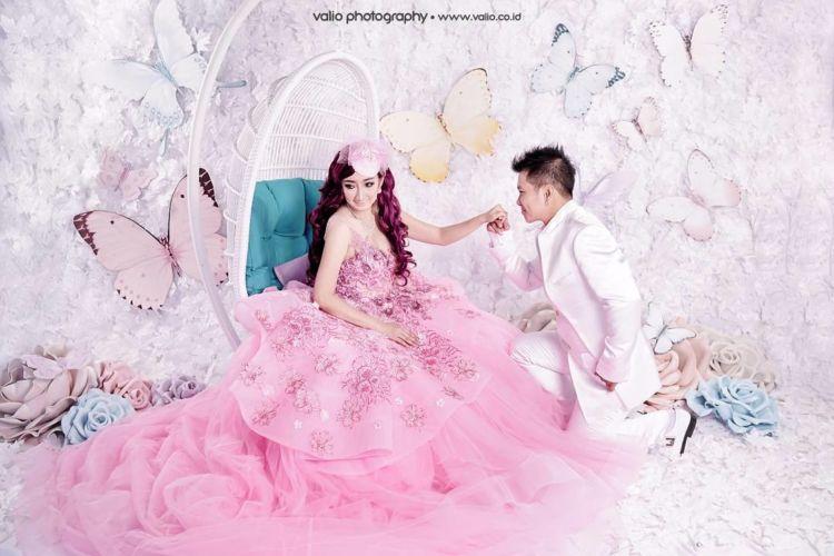 15 Inspirasi Gaya Pernikahan Sesuai Hobi Nuansa Serba Pink