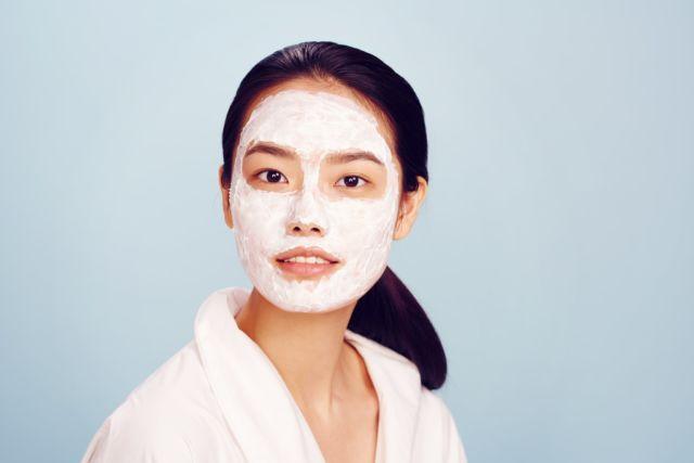 Tips membersihkan sisa make up secara alamiMebersihkan wajah dengan susu