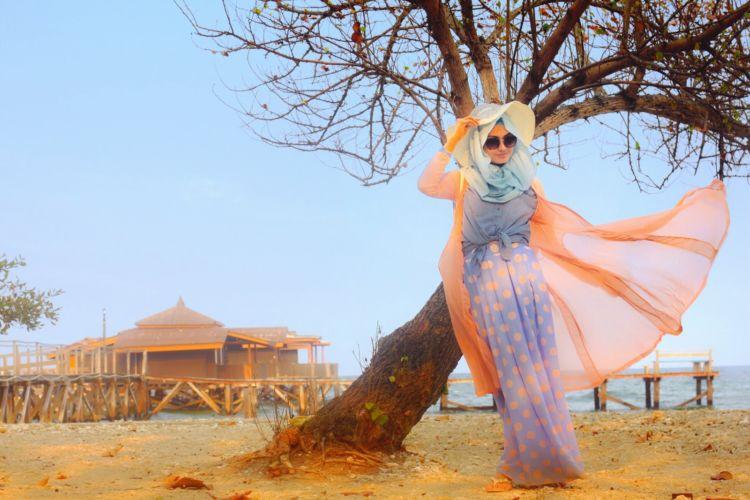 7 Tutorial Gaya Berhijab Untuk Piknik Ke Pantai Buatmu Yang Ingin