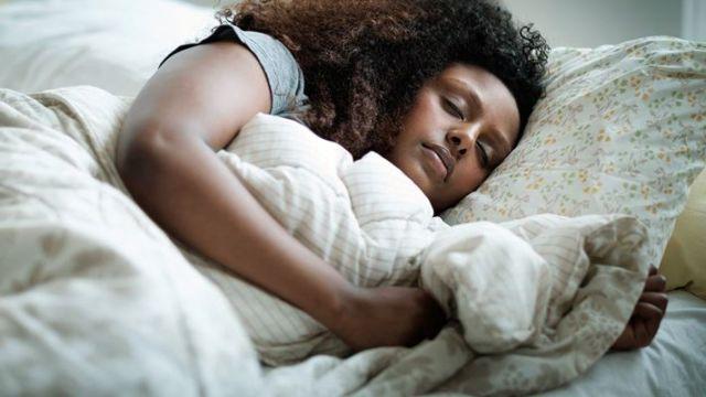 Tidur yang berkualiatas lebih baik dari pada kuantitas tidur yang terlalu lama. Rilexkan pikiran agar dapat manfaat saat tertidur
