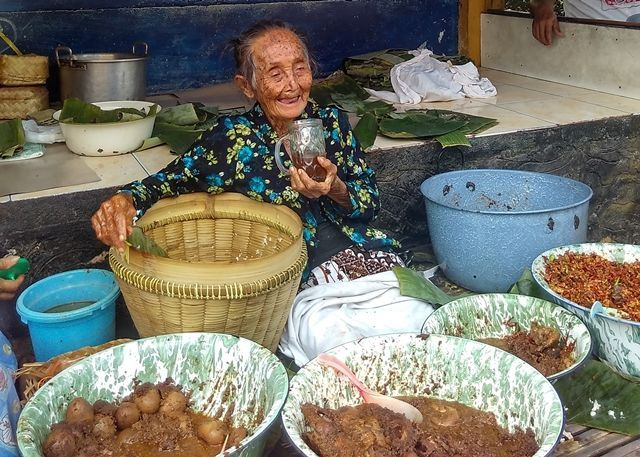 Salah satu mbah penjual gudeg di Jogja