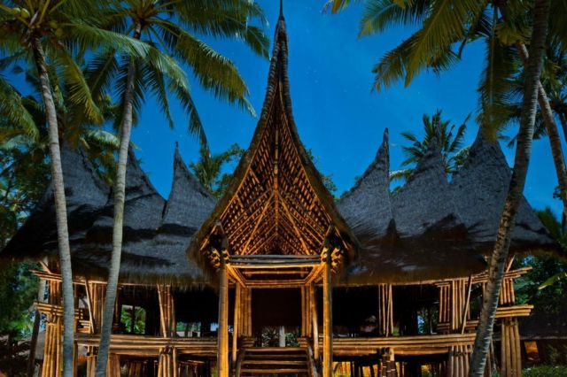 Bangunan yang menyerupai rumah gadang di Bambu Indah