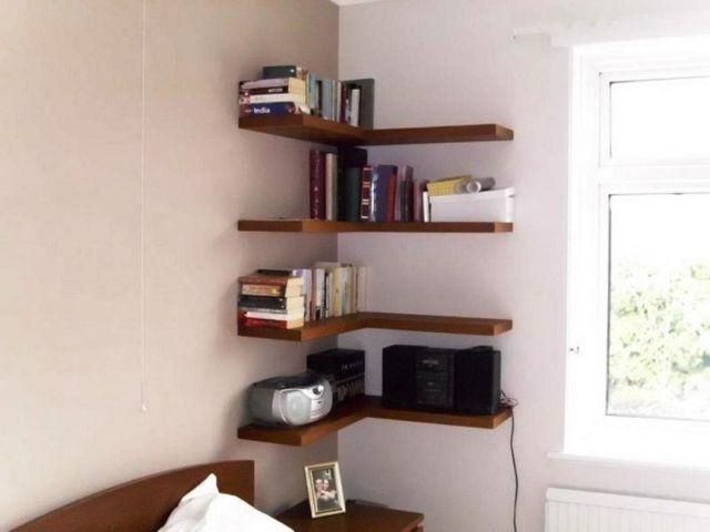 Memanfaatkan sudut ruangan buat floating shelf juga oke lho