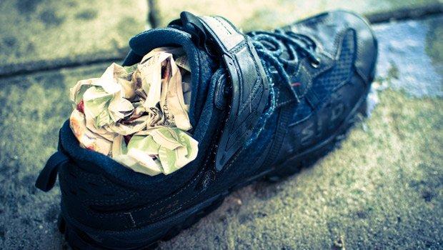 koran bisa juga untuk menghilangkan bau pada sepatu