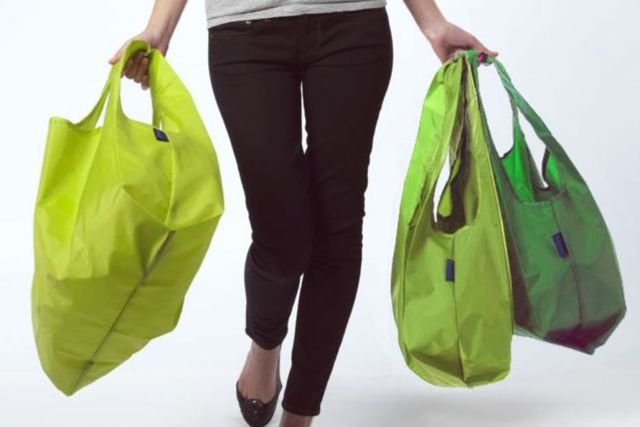 Cewek yang belanja pakai reusable bag itu cantik.