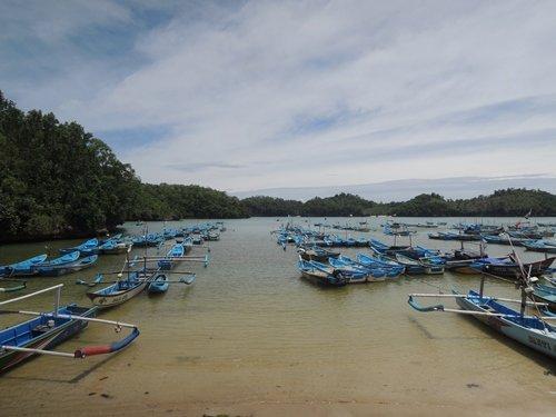 perahu nelayan di pantai tawang
