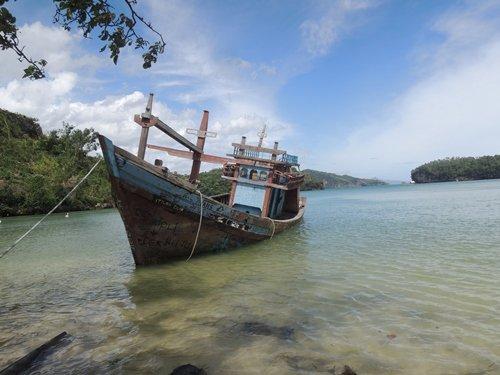 kapal kuno di pantai tawang