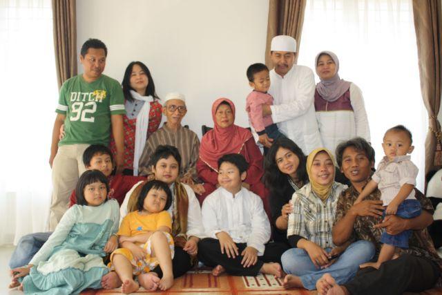 Orang dewasa bahagia karena bisa bertemu dengan keluarga
