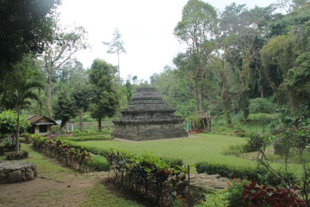 Candi Suberawan yang berupa stupa
