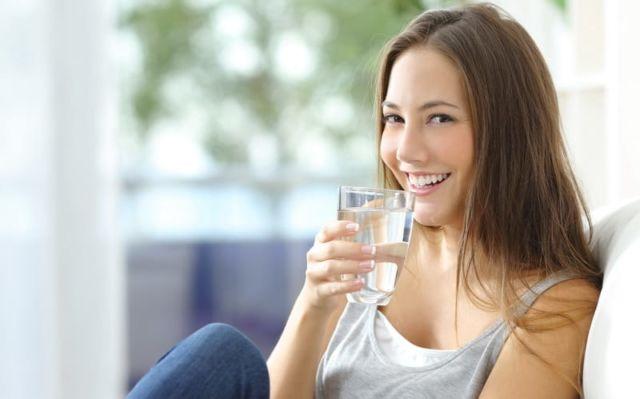 Hasil gambar untuk minum air putih Kulit semakin halus dan bercahaya