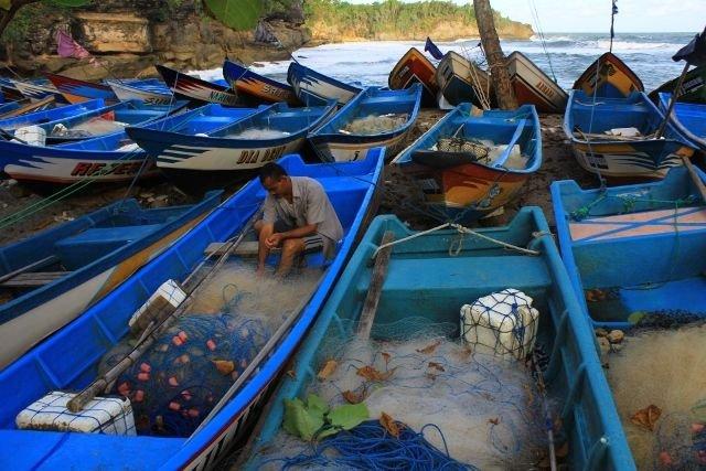 kehidupan nelayan di pantai Tawang