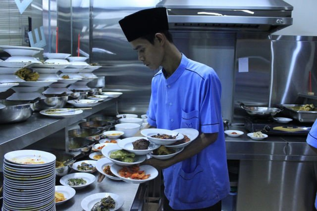 Kalau lagi laper banget, memang cocoknya makan di Rumah Makan Padang aja
