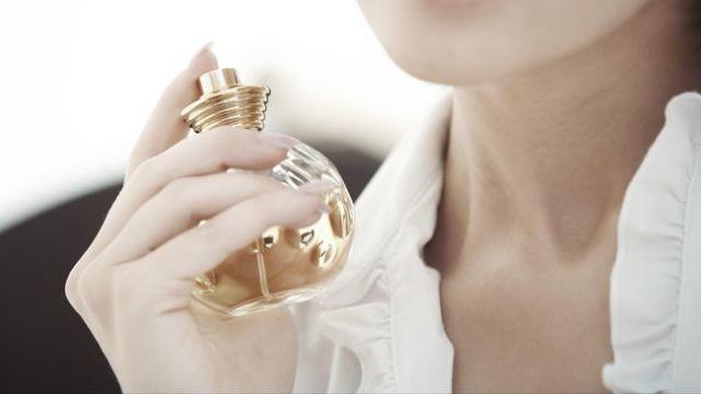 Memakai parfum berlebihan