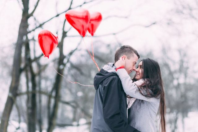 couple-with-heart-shape-balloon-in-winter