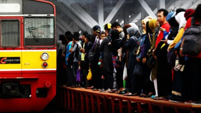 Penumpang Commuter Line sudah tidak sabar