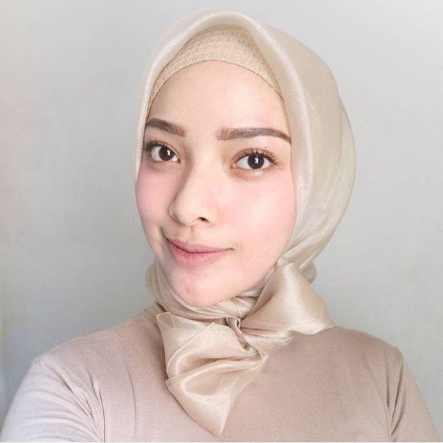 Ini Lho Hijab Organza Berbahan Mirip Kaca Mengilap Yang Lagi Ngetren Di Kalangan Hijaber
