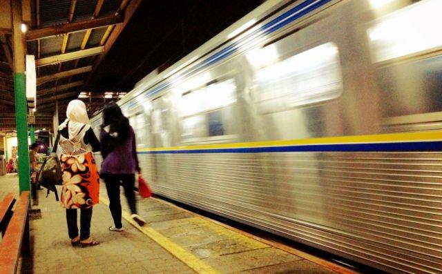 Commuter Line melaju cepat