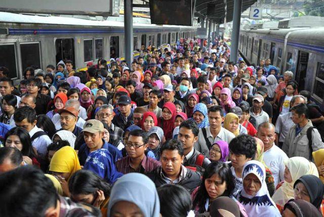 Penumpang Commuter Line turun di Stasiun