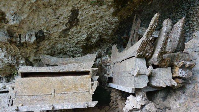 ditempat ini peti-peti jenazah digantungkan