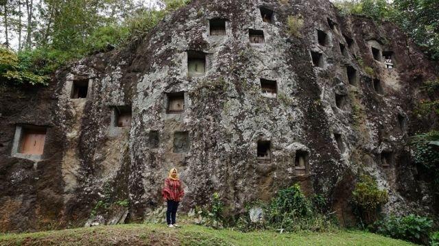 tebing ini adalah tempat pemakaman di Toraja, tapi kalian boleh foto kok
