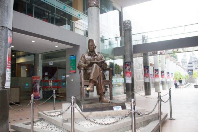 Patung Bung Karno sebagai icon sebelum memasuki perpustakaan