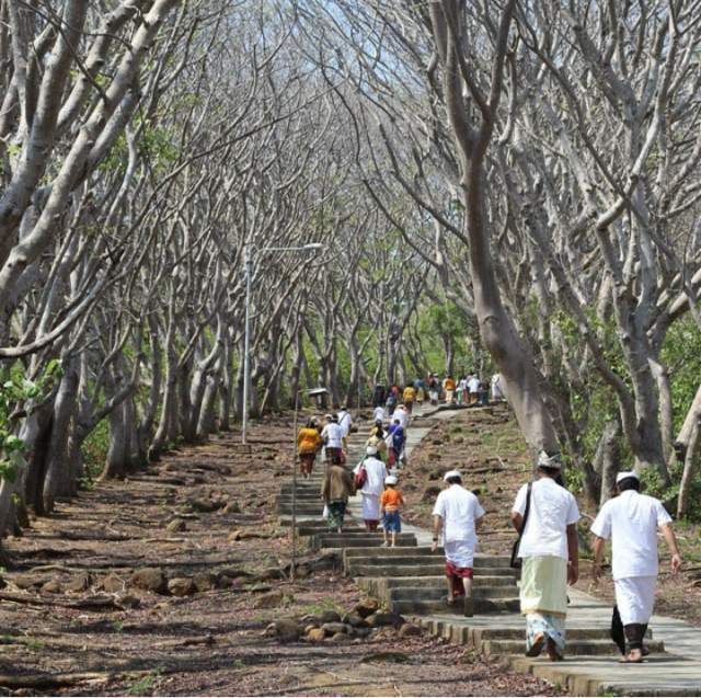 Jalan menuju makam jayaprana layonsari
