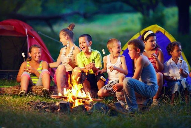 berkemah, salah satu kegiatan outdoor yang cocok untuk mendapatkan relasi baru
